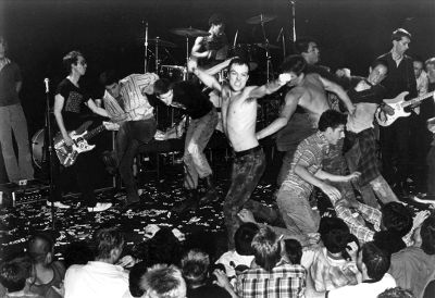 MIRÁ EL VIDEO «Dead Kennedys» – «Holiday In Cambodia» del álbum «Fresh Fruit for Rotting Vegetables» (1980)