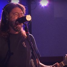 "MIRÁ EL VIDEO ""Foo Fighters"" – ""Let There Be Rock (AC/DC cover)"" vivo en ""Live Lounge"" (2017)"