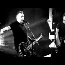 MIRÁ EL VIDEO «Peter Hook & The Light» – «Love Will Tear Us Apart»  Live  at Manchester Cathedral» (2011)