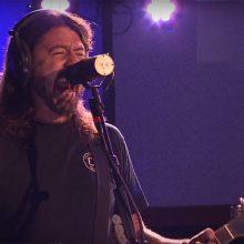 MIRÁ EL VIDEO «Foo Fighters» – «Let There Be Rock (AC/DC cover)» vivo en «Live Lounge» (2017)