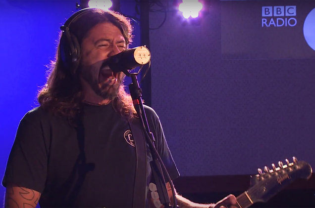 MIRÁ EL VIDEO «Foo Fighters» – «Let There Be Rock (AC/DC cover)» vivo en «Live Lounge» (2017)