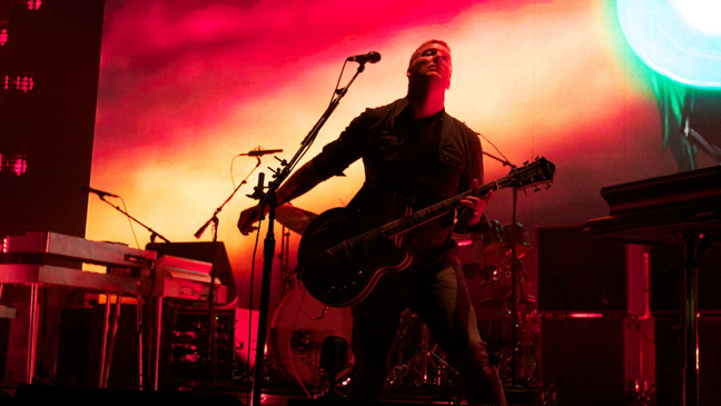 MIRÁ EL VIDEO «Queens Of The Stone Age» – «Go With The Flow»  del álbum «Songs for the Deaf» (2002)